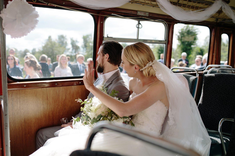 Bryllup i Asak kirke, brudefølge på vei til fotograferingen i vintage buss, Bryllup i Moss, Norge