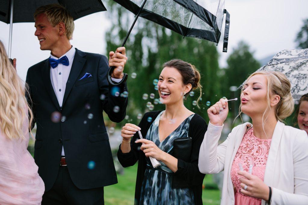 Lunde-Foto-detaljer-bryllup-wedding-details-confetti-flowers-sign-wedding-signs-decorations-wedding-planning-bryllupsplanlegging-såpebobler,kofetti,confetti-1