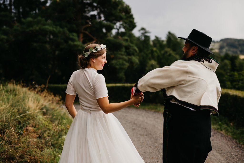 Bloggmal-Ingeborg+Mats, Jaren, Hadeland, solsikker, bryllup, hagebryllup, bunad, brudgom, brud_17