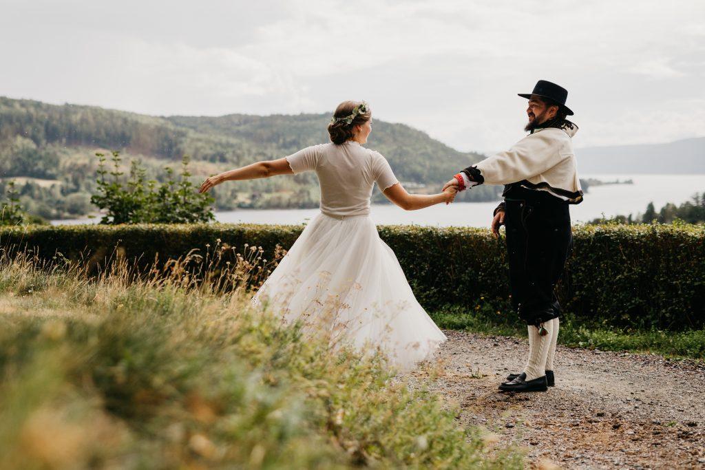 Bloggmal-Ingeborg+Mats, Jaren, Hadeland, solsikker, bryllup, hagebryllup, bunad, brudgom, brud_18