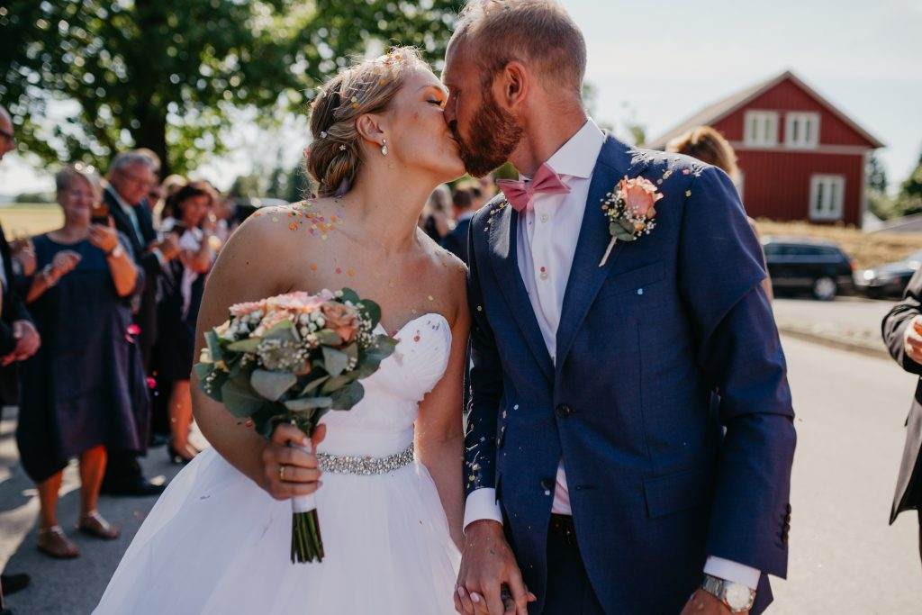 Mari+Stig - konfetti-Jaren, bryllup, hadeland, nes kirke, lunde foto, lundefotobrud_46