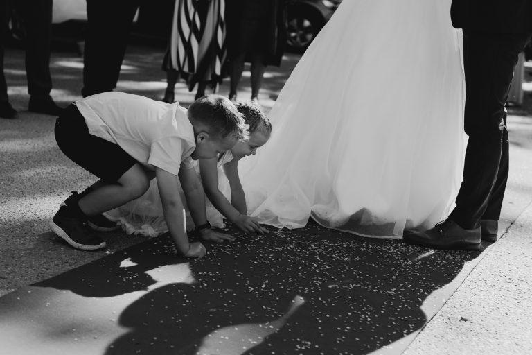 Mari+Stig - konfetti-Jaren, bryllup, hadeland, nes kirke, lunde foto, lundefotobrud_48