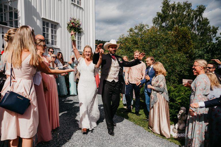 Blogg_Nina+Johannes-konfetti-sørkedalen,hagebryllup,cowboytema,cowboybryllup,bryllup,sankthansaften,sankthansbryllup,bryllupstelt-54