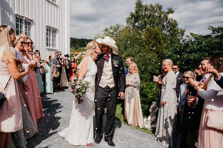 Blogg_Nina+Johannes-konfetti-sørkedalen,hagebryllup,cowboytema,cowboybryllup,bryllup,sankthansaften,sankthansbryllup,bryllupstelt-55