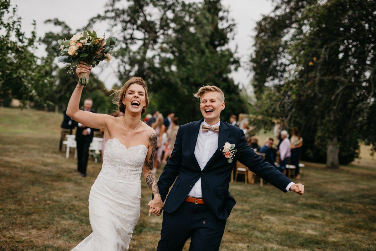 Marita og Susann – Låvebryllup og vielse i hagen, Carlberg Gård