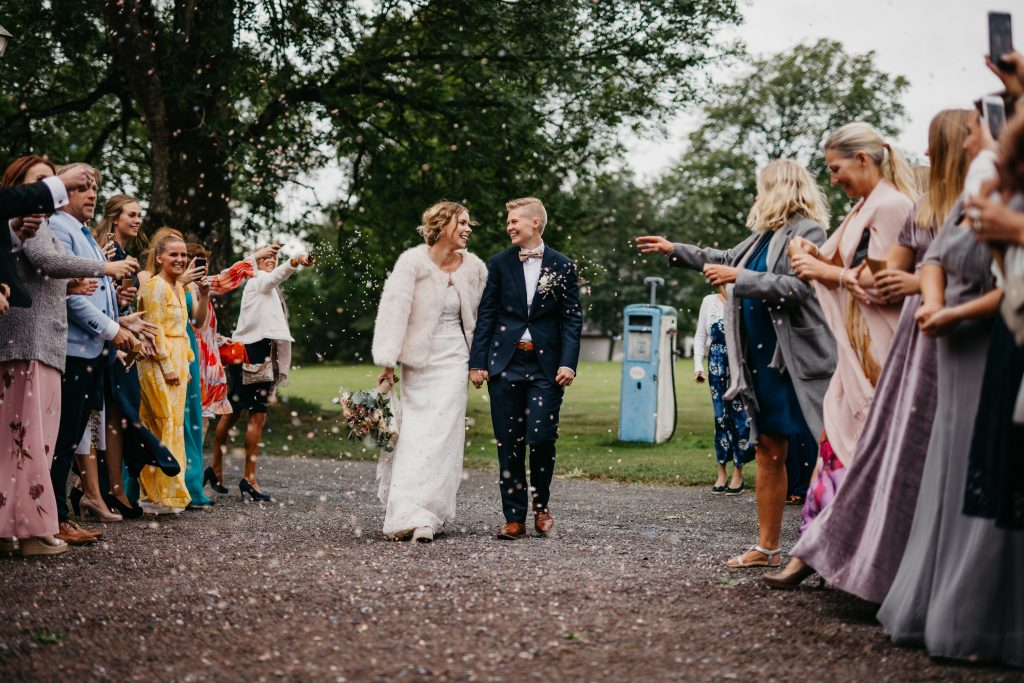 Marita+Susann-konfetti-Carlberg-gård,moss,bryllup,hagebryllup,utendørs-sermoni,DIY,rustic,barn-wedding,rustikk,låvebryllup46