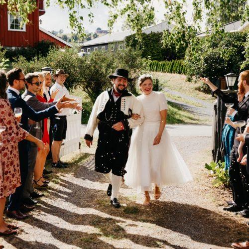 Bloggmal-Ingeborg+Mats, Jaren, Hadeland, solsikker, bryllup, hagebryllup, bunad, brudgom, brud_21
